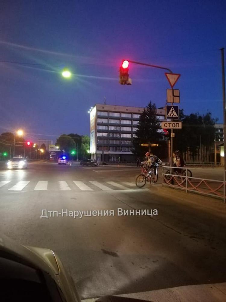 """В Виннице напротив """"Книжки"""" Lanos столкнулся с мотоциклом (Фото)"""