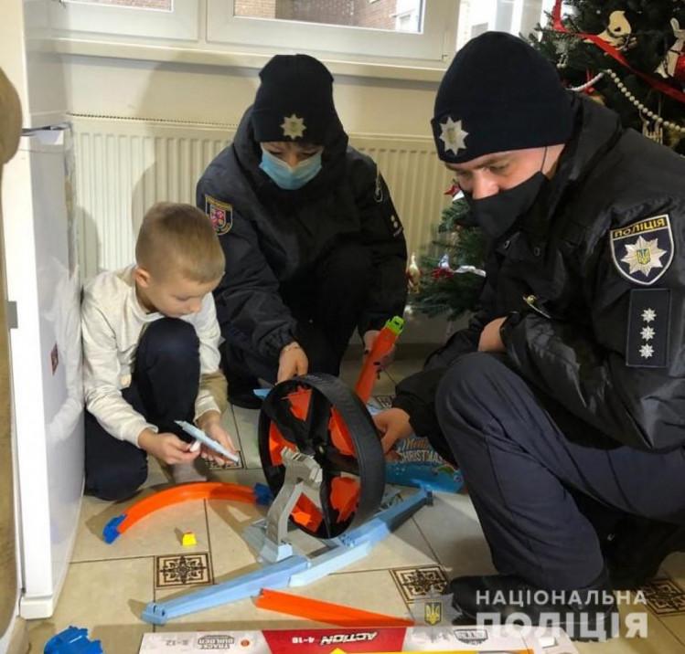 Полицейские Винниччины поздравили детей с праздником Николая (фото), фото-7